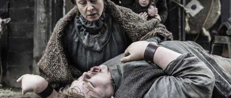 Hodor criança caído no chão e sua mãe o acudindo