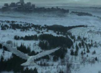 Um corvo branco voando para Winterfell