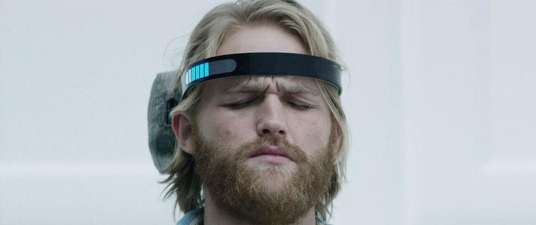 um personagem com uma bandana eletronica