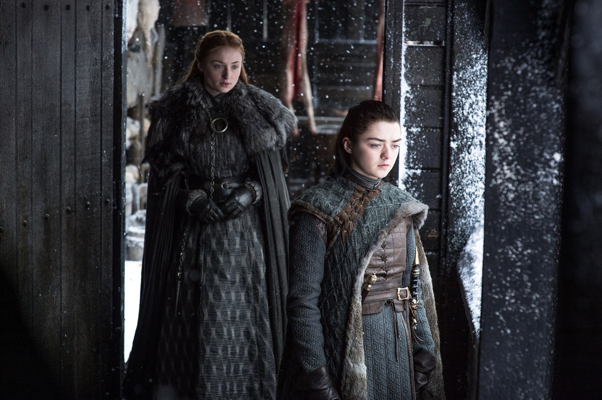 Game of thrones post cosmonerd Sansa Stark (Sophie Turner) e Arya Stark (Maisie Williams) – Credito Helen Sloan_HBO