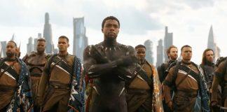 Pantera Negra com braços cruzados e seu exército atrás