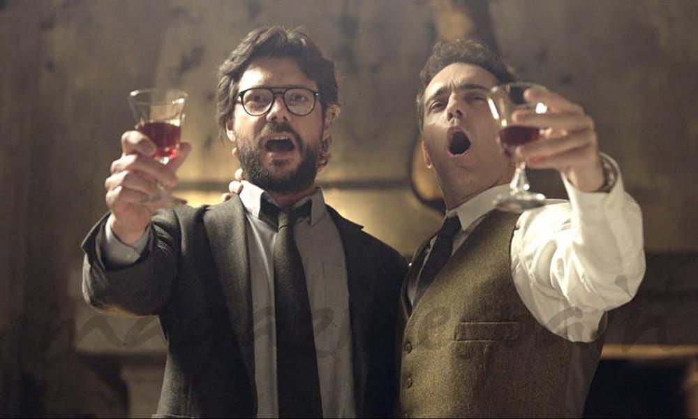 Professor e Berlin levantando taças de vinho cantando