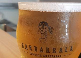 copo com american wheat na cervejaria barbarrala