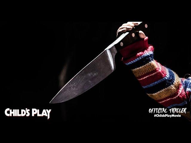 capa do trailer do novo brinquedo assassino com chucky segurando uma faca