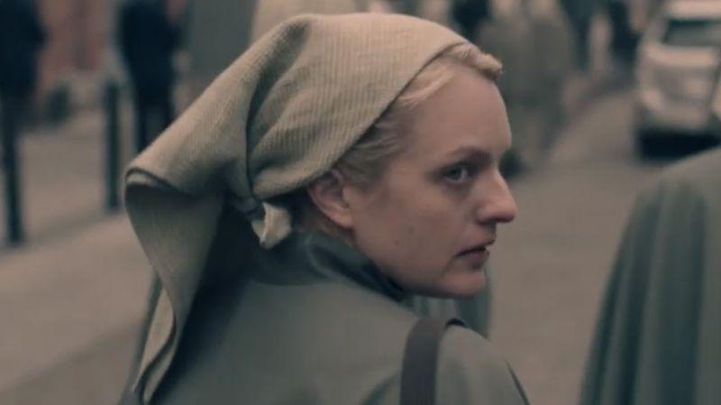 Protagonista em cena de The Handmaid's Tale