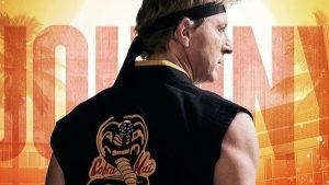 Johnny Lawrence em poster de cobra kai, spin off de karatê kid