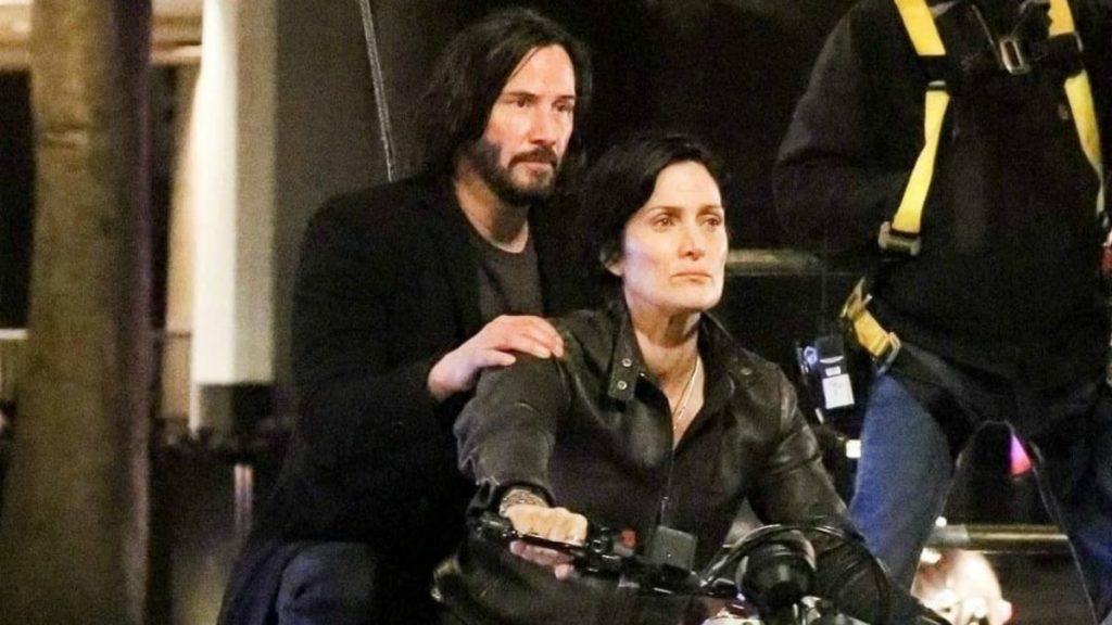 Reeves e Moss em gravações de Matrix 4