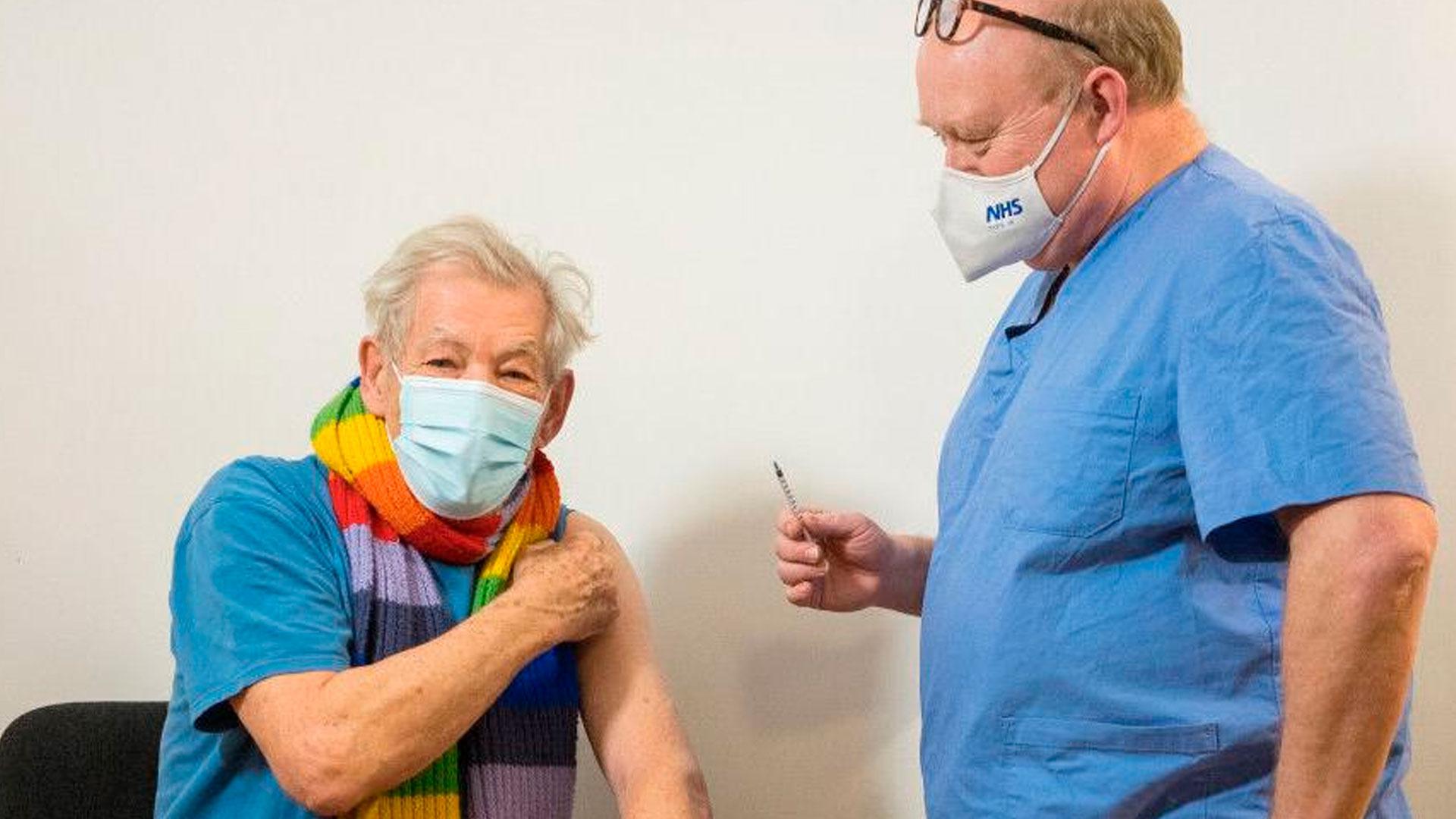Ian McKellen recebendo vacina