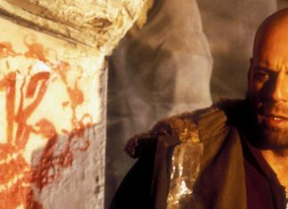 Bruce Wyllis olhando para a marca do filme na parede