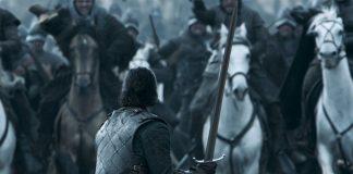 Jon de frente para uma cavalaria