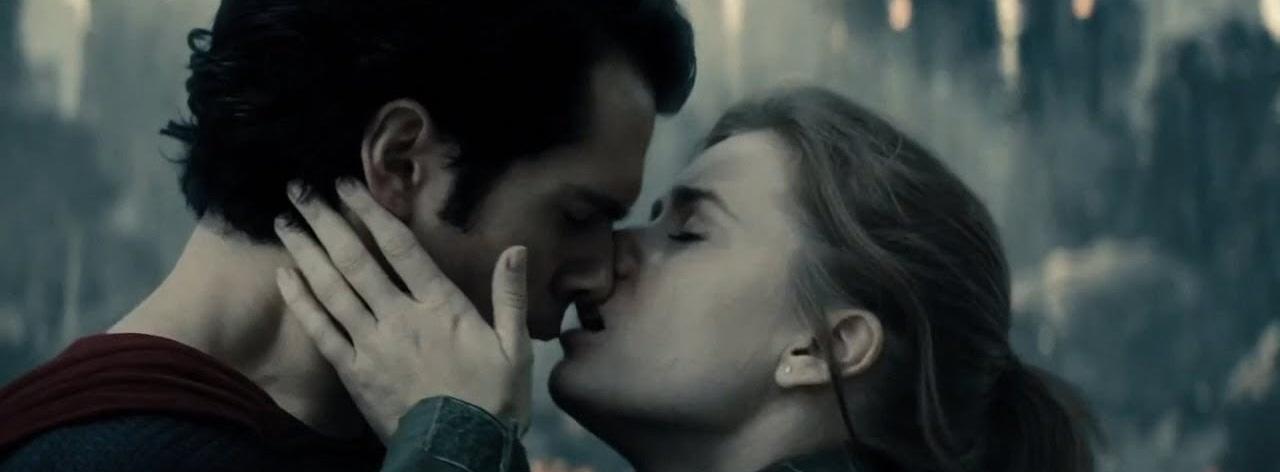 Superman e Lois se beijando ao final de Homem de Aço
