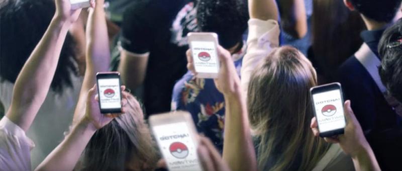vários celulares com pokemon go sendo levantados