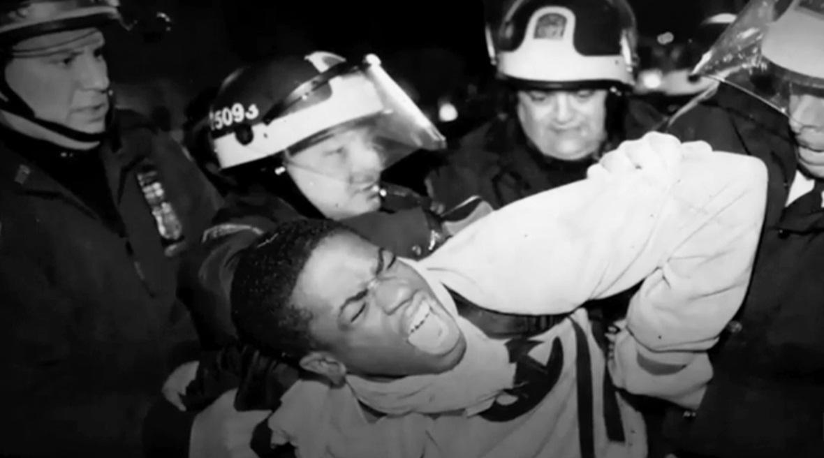 cena de a 13ª emenda, rapaz negro sendo detido de forma truculenta