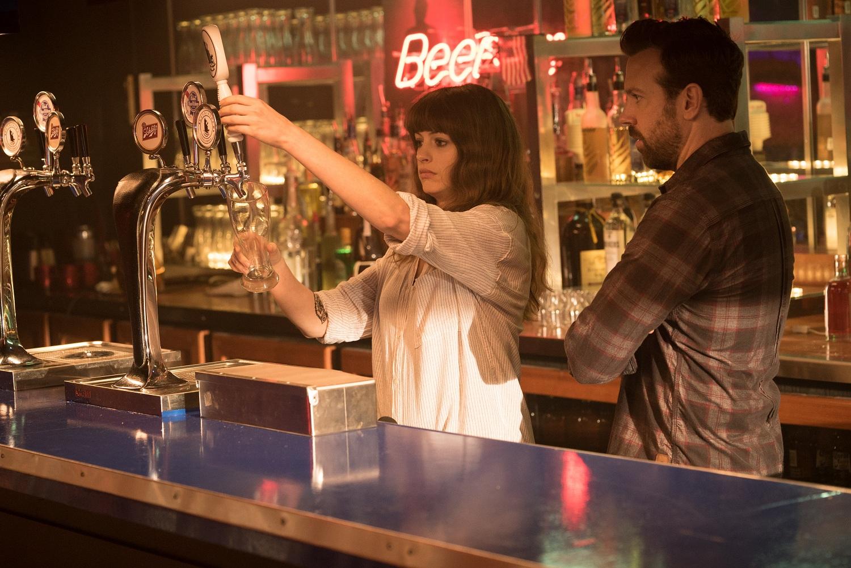 Gloria servindo bebida ao lado de Oscar em cena de Colossal