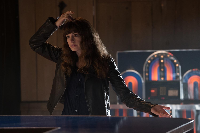 Anne Hathaway coçando a cabeça em Colossal