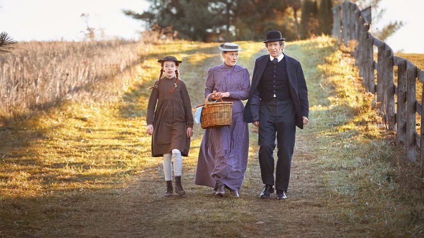 Anne, Marilla e Matthew andando juntos na imagem de Anne with an e