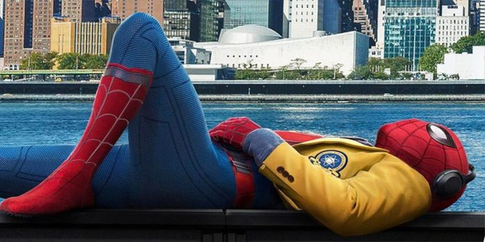 Homem-Aranha deitado descansando em poster de Homem-Aranha: De Volta ao lar