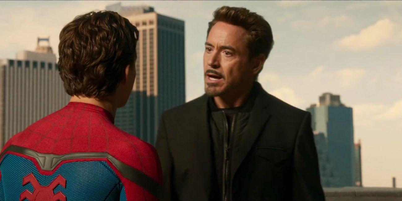 homem-aranha e tony stark conversando em homem-aranha: de volta ao lar
