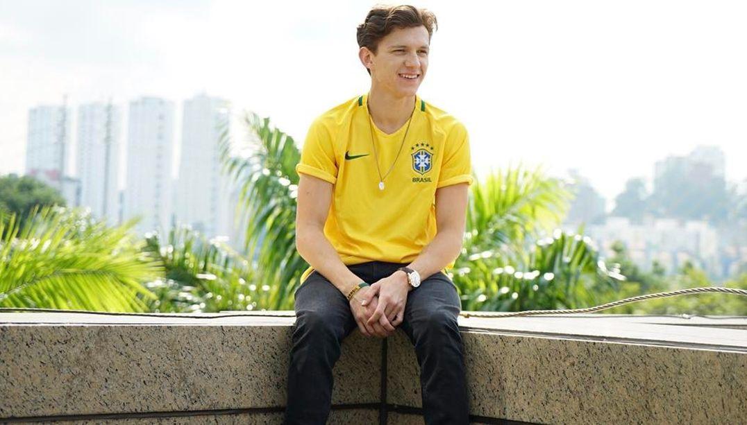 tom holland com a camisa da seleção brasileira de futebol