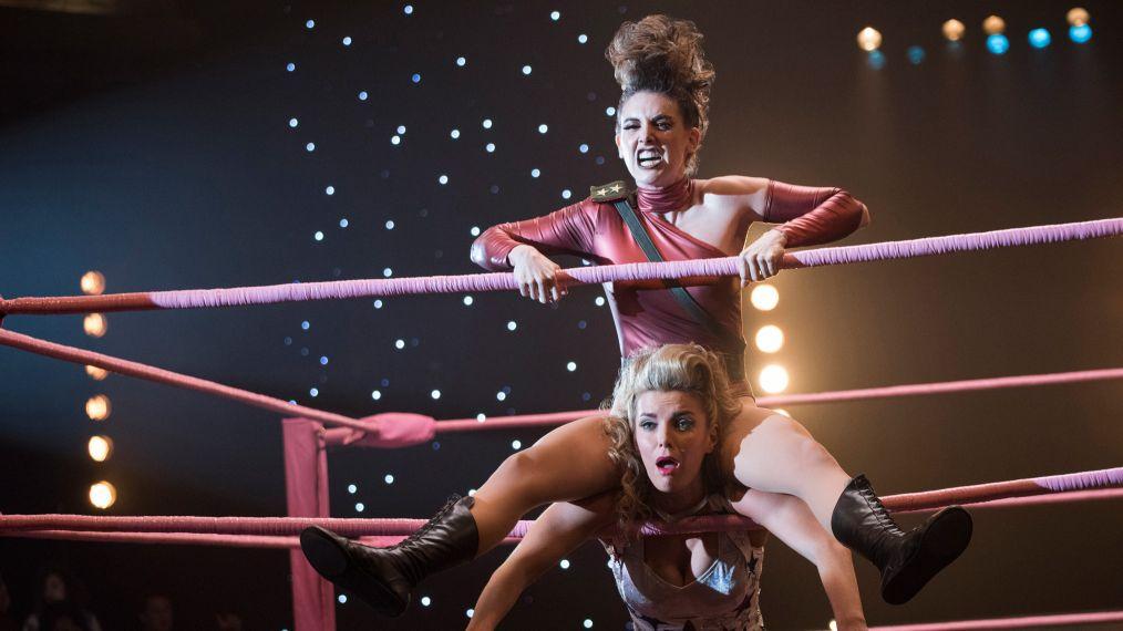 Ruth lutando contra Debbie na 2ª temporada de GLOW