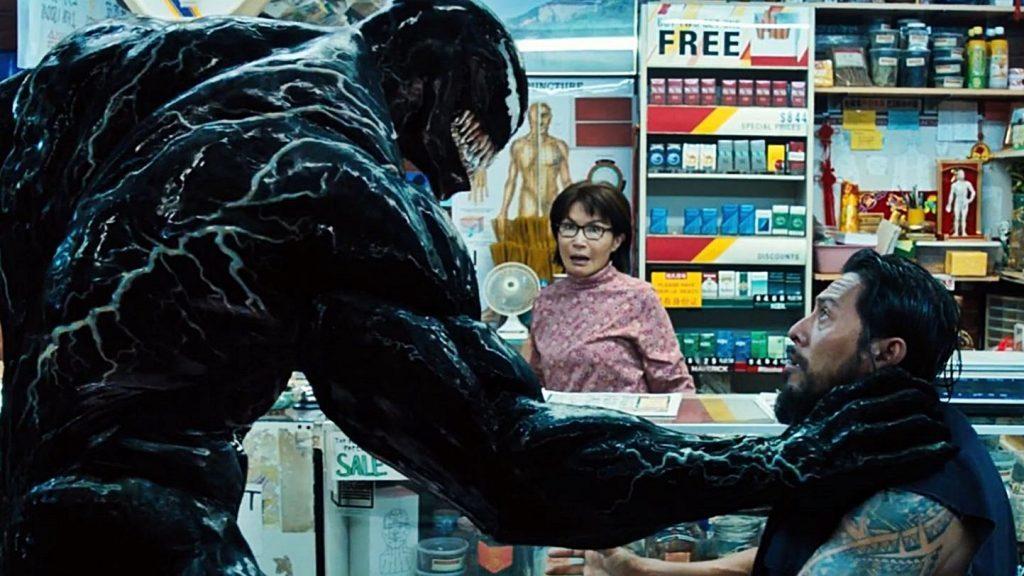 Venom e um bandido no mercado em cena do filme