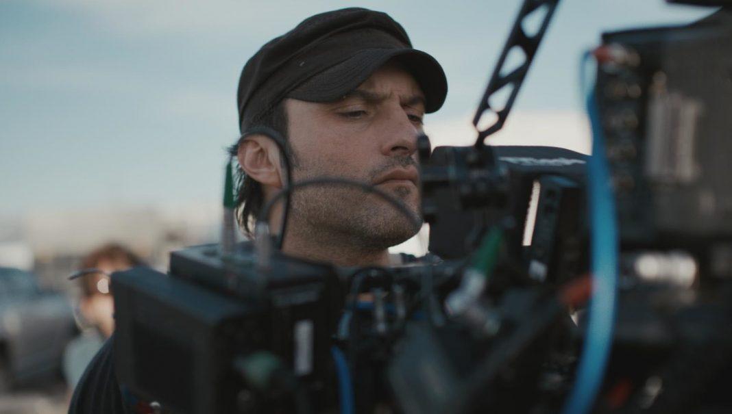 robert rodriguez, diretor de alita e red 11, operando câmera