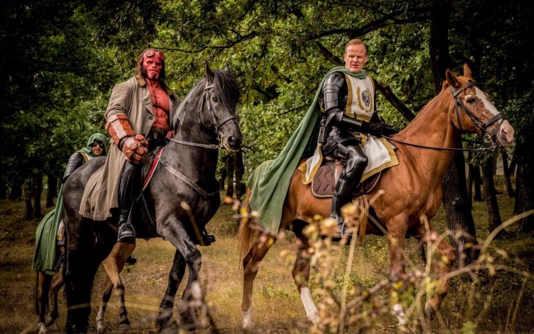 hellboy cavalgando em cena do filme